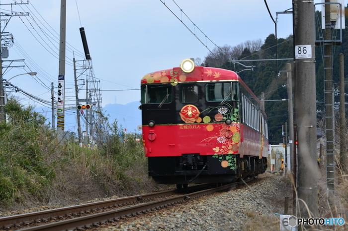 贅沢なひとときを過ごすなら、金沢から和倉温泉を結ぶ「花嫁のれん」を利用してみては?輪島塗や加賀友禅をイメージした華やかな豪華観光列車で、車内では能登の景色を眺めながら地元の美味しい食事をいただけます。