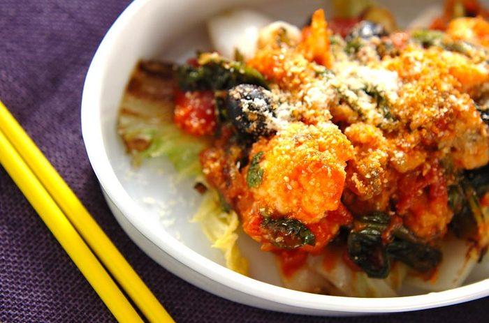 菊菜とは、春菊の異名です。 カキや白菜、カリフラワーなど、冬の食材がたくさん入った栄養満点のアラビアータは、パスタを利用していないのでとりわけおかずにぴったり! あらかじめアラビアータのソースを作りおきして、白菜や菊菜(春菊)、小麦粉をまぶしたカキを投入します。
