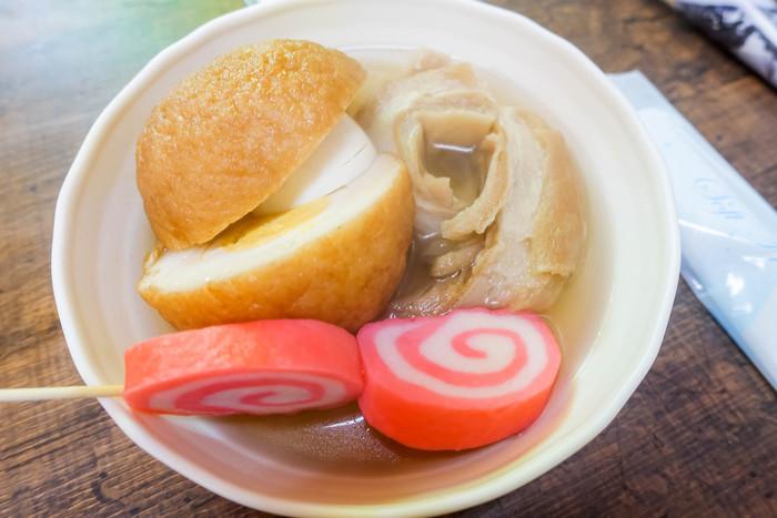 金沢は実は、おでん好きの街でもあります。魚介ダシをベースにしたスープに、バイ貝やふかし、赤巻など、めずらしい具材がズラリ。近江町市場では立ち食いができるので、おやつ感覚で試してみてもいいのでは?
