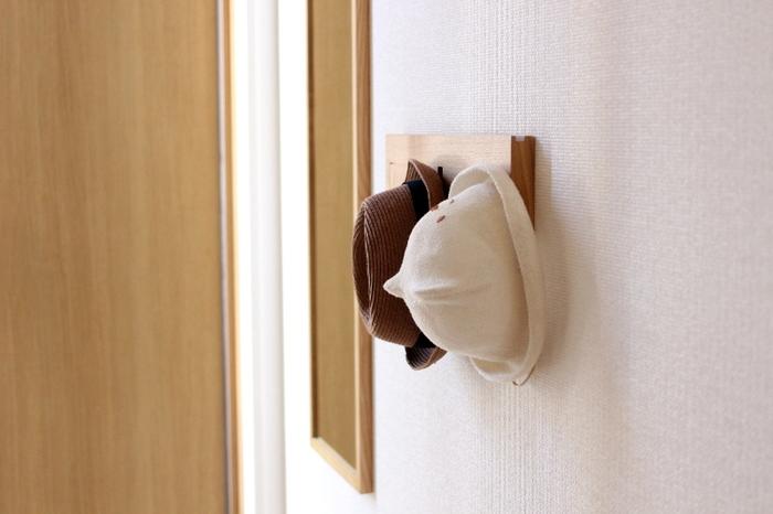 玄関に帽子を収納しておけば、その日の全身のコーディネートとさっと合わせられるのでとっても便利!こんなかわいらしいウッドテイストの3連ハンガーなら、インテリアに溶け込みます。ハンガーの横にある大きなミラーで身支度をしてから出かけましょう♪