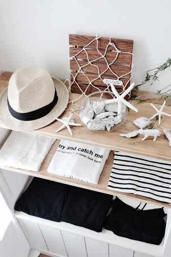 帽子を洋服と一緒に棚に並べれば、まるで洋服屋さんのディスプレイのようにおしゃれ♪その季節に合わせた雑貨で飾って、季節ごとに違った雰囲気の見せる収納に。