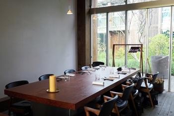 長さ5mあまりの長方形での大テーブルで、相席となったお客さんと大皿料理をシェアするかたち。 奥行きのあるカウンターの前には・・・