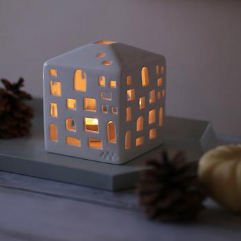 キャンドルホルダーは、電気にはない温かな光で心をほどいてくれる癒しアイテム。北欧らしいデザインなら、クリスマスディスプレイとの相性も抜群です。