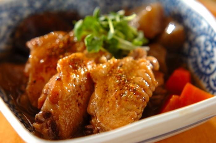 鶏手羽にコンニャク、にんじん、しいたけを加えた艶やかな煮物です。水溶き片栗粉でまとめると、とろみがついて食べやすくなります。冷めても美味しいので、お弁当にもおすすめです。
