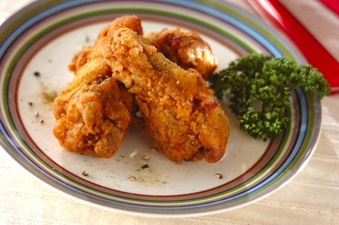 タバスコ、山椒、マスタードに黒コショウとスパイシーな下味をしっかりとつけることで、大人も満足できるフライドチキンに仕上がります。フライドチキンをおかずに、ごはんのままでは食べづらいときは、小さな塩むすびにしてあげると食べやすくなります。