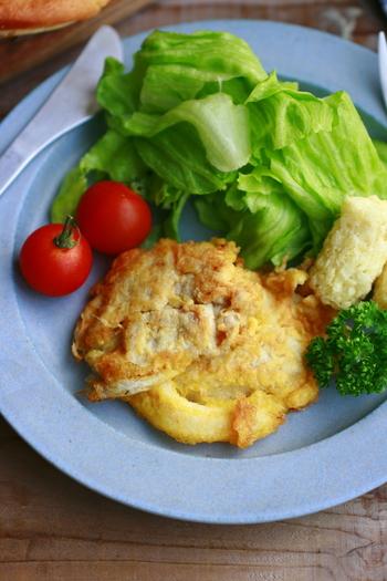 ひと品で豚肉、チーズ、卵というタンパク質をたっぷりと摂ることができるレシピです。お肉を小さめにカットしてから焼くと子どもでも食べやすくなります。
