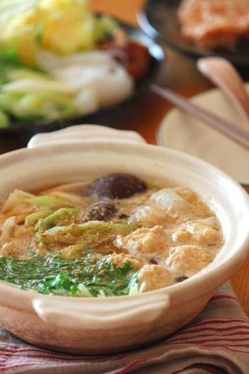 ごまと生姜で香りよく作ったお鍋はお野菜がくったり煮えて、たくさん食べられます。仕上げにすりごまをかけることで、ふわりと漂う香りに食欲がそそられます。