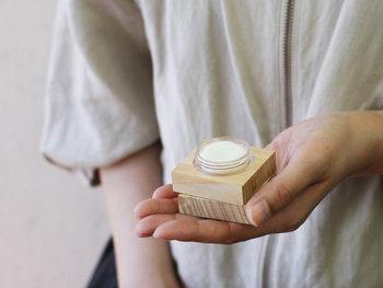 オイルやワックスに香料を練り込んで固めた「練り香水(ソリッドパフューム)」は、クリームのように直接肌に塗って使用します。液体の香水に比べて持ち運びしやすく、香りの量も調節しやすいので初心者さんにもおすすめです。