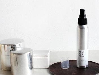 「スプレータイプ」は市販されている香水の中で最もポピュラーなタイプです。直接肌につける場合には、お好みの場所に1~2プッシュすると◎。また、空中に2~3プッシュして、頭上から香りのヴェールを纏うように付けると、ふんわりと上品な香りを楽しむことができますよ。