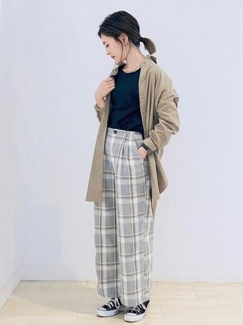 大きめのベージュのシャツをさらりと羽織って。 同じベージュがパンツのチェック柄に使われているので、全体的にまとまりのある印象に。 インナーと足元は黒で引き締めるのがポイントです。