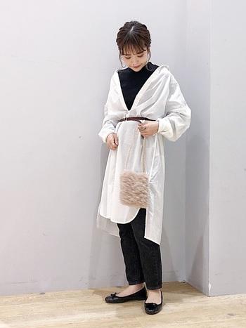 上記のコーデと同じ白シャツでも、シルエットが変わるだけでまったく違う印象に♪  ブラウンの細ベルトやファーのバッグで変化をつけて、こなれた着こなしを楽しみましょう。