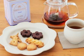みんなでわいわい楽しむお茶会にも、一人でほっと一息つく普段のティータイムにも、手作りクッキーがあればより一層気持ちが和みます。簡単に作れますので、お休みや秋の夜長のお菓子作りにぜひどうぞ。