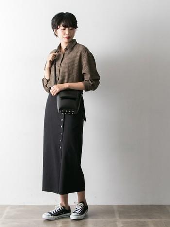 秋だからこそ着たいメンズライクなチェック柄シャツ。 ロングのタイトスカートを合わせれば女性らしいスタイリングに早変わり!   足元のスニーカーでちょっとカジュアルダウンするのも◎