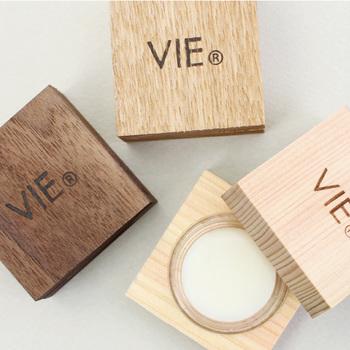 ウッディなパッケージデザインが目を引く、モダンで洗練されたVIE(ヴィー)のソリッドパフュームです。植物性の素材にシアバターを配合して作られたソリッドパフュームは、香水としてはもちろん、指先などの乾燥対策にも◎。ふんわりと優しく香る3種類のアロマの中から、お気に入りの香りを見つけてみてはいかがでしょうか。