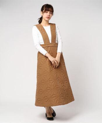 キルティングスカートよりもコーディネートに迷いにくいのが、こちらのジャンパースカート。黒や白のシンプルトップスをインするだけで、トレンド感のある着こなしが楽しめます。ストラップは取り外し可能なので、2wayで着用できるのが魅力です。