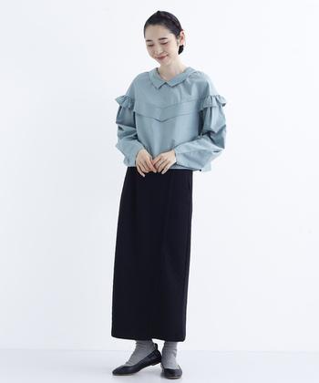 シンプルなダイヤキルティングのロングスカートは、タイトなシルエットにバックスリット入りで動きやすさもバッチリなアイテム。くすみブルーの襟付きブラウスと合わせてシックな雰囲気に。カーディガンなどを羽織るのもおすすめです。