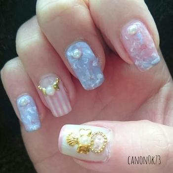 発色の淡いピンクや青で、甘く女性らしい雰囲気に仕上げて。白を多めに使うと、エレガントな清潔感と上品さも出てきます。