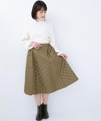 フレアに広がるスカートは、ウエストをキュッと細く見せてくれる効果も。キルティングのフレアスカートに、シンプルな白トップスを合わせれば、スカートが主役のスタイルアップコーデの完成です。