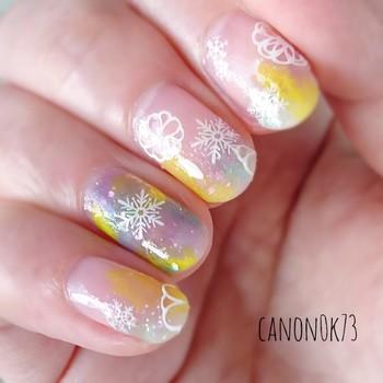 無難になりがちなクリアベースネイルも、デザインにこだわればロマンティックに変身!黄色をアクセントにしつつ、雪の結晶やお花をランダムに散りばめ、クリスマスにも対応できる幻想的なアートに。