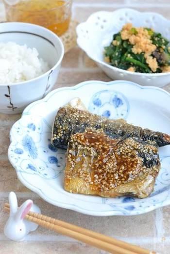 塩鯖を焼いただけだと身が固くなりがち。 ですが、こちらのレシピではみりんで味付けをしているので、柔らかくふっくらと仕上がります。 ゴマをたっぷり使っているので、お弁当を開けたらふわっと香ばしい香りがして、食欲が刺激されそうですね。