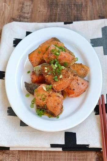 皮はパリパリで、身はふっくらと柔らかく仕上がる、鮭のからあげ。タレも多くなく、しっかりと味が染み込むので冷めてもおいしく食べられます。1口サイズに切っているので、お弁当にも詰めやすいですね。