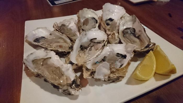 牡蠣料理は、牡蠣バケツ250gといったシンプルな一皿のほか、牡蠣チーズグラタン、オイスターシチュー、牡蠣のクリームリゾットなど・・。ワンコインなので、いろんな牡蠣を堪能してくださいね。