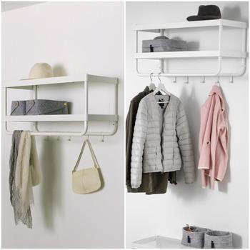 シューズラック横のデッドスペースに、IKEAのスタイリッシュなラックを。帽子を収納するのにもちょうど良く、帰ったときにコートを掛けて置いたり、鍵や印鑑など、ちょっとした小物を置いておくのにもぴったり。