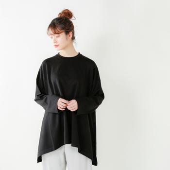 サイドが長めになっているイレギュラーヘムのTシャツは、シンプルに着こなしてそのかたちの面白さを強調したくなります。かたちが個性的なものをチョイスするときは、ベーシックなカラーを選ぶと落ち着きがプラスできます。