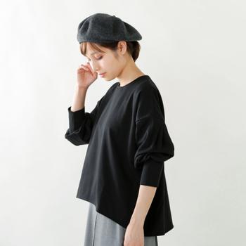 ふんわりとしたバルーンスリーブとロングカフスの組み合わせは、袖丈を調整しやすく、こなれ感の強いアイテムです。裾をインして着れば、ぐっとフォーマルな印象になります。