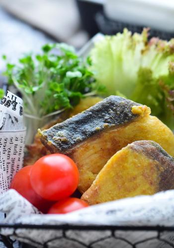 片栗粉をまぶして揚げただけではなく、カレー粉で風味付けをしています。カレー粉の香りがきいて、青魚の匂いが苦手な人も食べやすい味付けになっています。