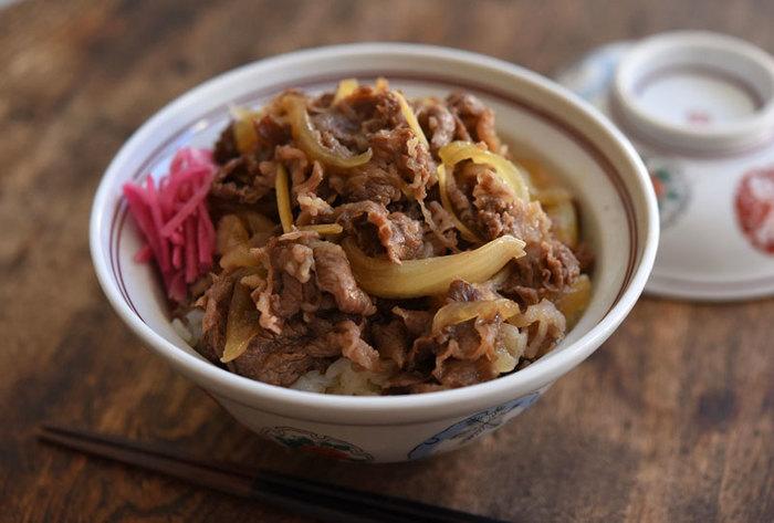 牛丼はダシを加えるか、ダシなしで作るかによって、調味料の配合具合も変わってきます。味を調整したい時はまず砂糖の加減でバランスを見て。