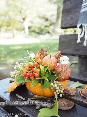 ハロウィンの時期にぴったりな、かぼちゃを器にした秋色のアレンジメント。姫りんごやシンフォリカルポスなど、たっぷり使われた色とりどりの実ものたちは、まるで宝石があふれ出すような華やかさです。