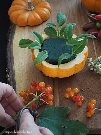 作り方は意外と簡単で、中身をくり抜いた小さめのかぼちゃに吸水スポンジをセットし、好きな実ものをどんどん活けるだけです。全体のバランスを上手に整えるためのセンスは多少問われるかもしれませんが、細かいことは気にしなくても大丈夫。どんなふうに活けてもちゃんと可愛く見えるのが、秋の実の不思議な魅力です。