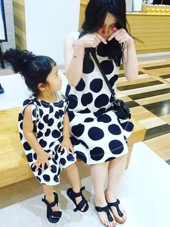 親子コーデが気軽に楽しめるのもユニクロワンピースのメリット。キュートな水玉ワンピースを母娘でおそろいで着るなんて、子供がまだ小さいときだけの特権ですよね。小物は二人とも黒で揃えるとオシャレです。