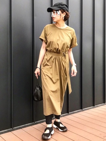 ウエストマークでゆるくなり過ぎず、女性らしさもプラスできるTシャツワンピース。レギンスの上からさらっと着こなして。