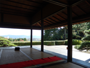 美しく整えられた庭園を眺めながら、頂く抹茶は格別。高台にあるため、大和平野を見下ろすこともできます。