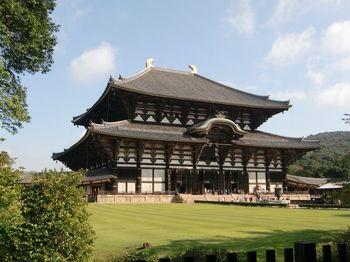 大仏や仁王像があることで有名な東大寺。大仏が安置されている大仏殿は世界最大の木造建築で、その大きさを見ると大仏との出会いへの期待が高まります。