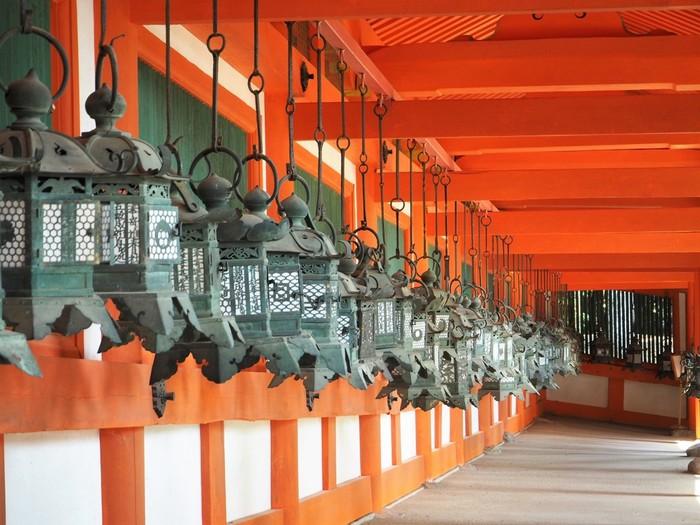 春日大社の見どころの一つが釣灯篭。回廊の朱と緑青のコントラストが美しいですね。 春日大社にはこの釣灯篭が約1000基もある他、石燈籠の約2000基と合わせて燈籠の数は日本一を誇ります。