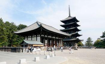 近鉄奈良駅のすぐ近くにあり、アクセスのしやすさも魅力の興福寺。五重塔やお堂の他、国宝の仏像や仏画の数々が展示されている国宝館もあり仏像好きの方は必見です。