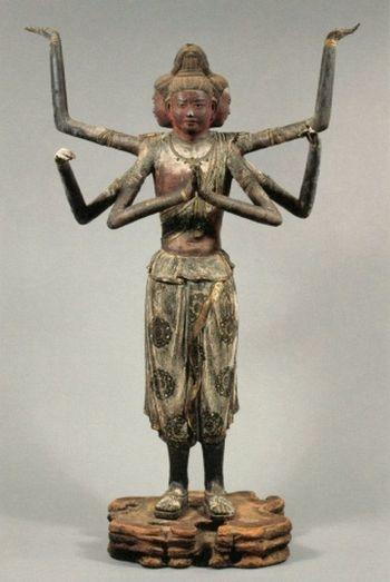 国宝館にある代表的な仏像が阿修羅像。少年のような面立ちとそれぞれ異なる表情をした3つの顔は人々を魅了し、かつて東京の国立博物館で行われた阿修羅展には約100万人が訪れました。