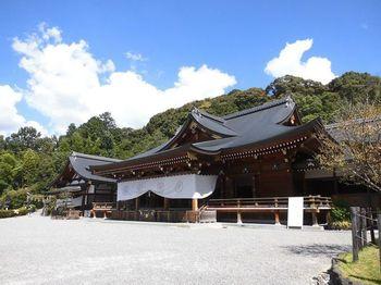 日本最古の神社とされている大神神社(おおみわじんじゃ)。通常の神社では、拝殿の後ろに御神体を安置する本殿がありますが、大神神社の場合はは三輪山に神様が宿っているため、本殿ではなく三輪山に向かってお参りをすることになります。