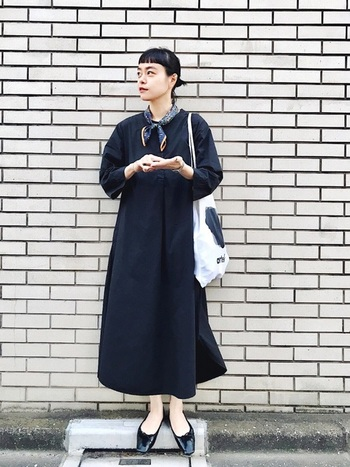 華奢な女らしさを演出する最後のポイントは足首。スカートやパンツの裾から見える足首が細いとボリューム感のあるお洋服を着ていても華奢に見えるのだそう。