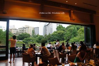 """八芳園とは""""四方八方どこから見ても美しい場所""""という意味からつけられているそうで、こちらのレストラン「スラッシュカフェ」からも都心とは思えない豊かな緑を望みながら食事を楽しめます。"""
