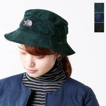 いつものファッションに彩りとアクセントを与えてくれるハット。大きすぎず小ぶりすぎない絶妙なつばのデザインは、普段帽子をあまり被らない人でもすんなり合わせることができるはず。さし色といっても落ち着いたトーンなので、大人な雰囲気に仕上がりますよ。