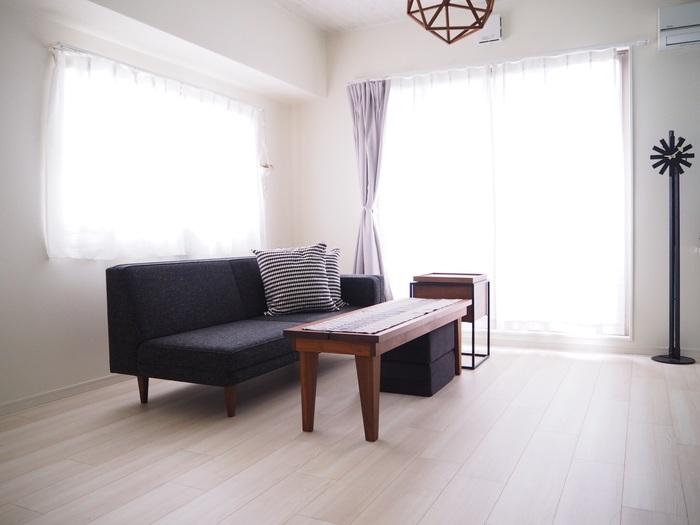 床に掃除機をかけたり、テーブルを拭いたり…というような基本的なお掃除自体は、実は楽ちんなもの。そこに「物をどかす・しまう」という動作が加わると、途端に重労働に感じられてしまうのです。部屋の中の物を減らせば減らすほど、お掃除の負担が軽くなります。