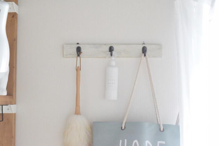 掃除グッズを棚にしまってしまうと、取り出すのがおっくうで、なかなかやる気スイッチが入りません。ほこり取りブラシや消臭スプレーは、思い切って出しっぱなしにするのがおすすめ。壁につるしておけば邪魔にならず、楽しく「ちょこちょこ掃除」ができますよ。