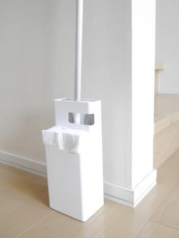 ワイパーとお掃除シートを一緒に収納できる便利グッズなら、取り出す手間がなく、床掃除が苦になりません。出しっぱなしにしていてもインテリアの邪魔にならないデザインのものがいいですね。