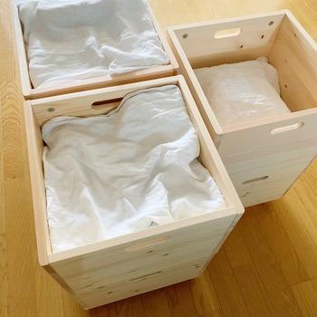 ボックスの上から大きめのふきんやタオルでフタをすると、さらにすっきり度アップ。ホコリが溜まってもふきんやタオルを洗うだけでOKなので、時短にもなって一石二鳥です。