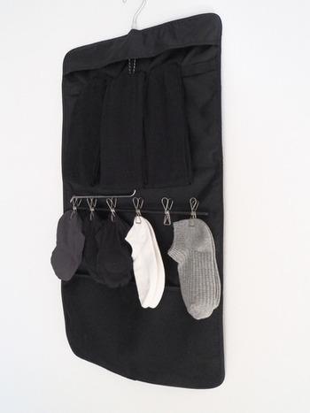 意外とホコリが溜まりやすいクローゼットも、つるす収納を心がけて、床が見える状態にしておくのがおすすめ。お洋服をハンガー収納にするだけでなく、靴下もつるしてしまいましょう。何でもつるしてしまえば、床をサッと掃除してきれいを保てます。