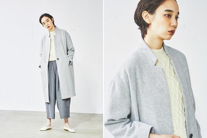ニュアンスのある、ライトグレーの縮絨ウールを使用した、上品な佇まいの一着。チェスターコートの襟を立てたときのムードをイメージしたスタンドカラーは、バランスがとてもきれいです。  トーン違いのグレーやホワイトと合わせて、クリーンな印象のワントーンコーデにチャレンジしてみたくなりそう。